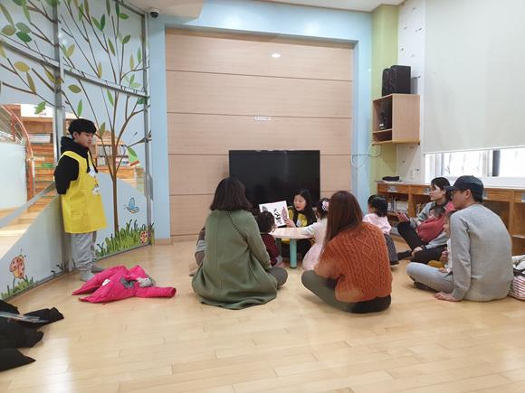 노란 앞치마 언니, 오빠가 책 읽어주는 이천시립어린이도서관.jpg