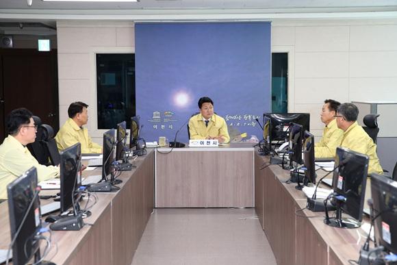 엄태준 이천시장이 구제역 대책회의를 주관하고 있다..jpg